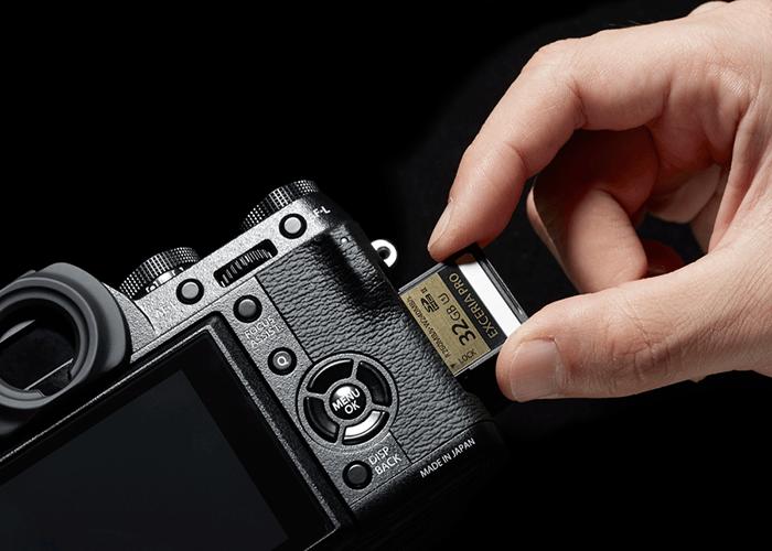 Fujifilm X-T1 có khả năng tương thích các thẻ nhớ SD định dạng UHS-II